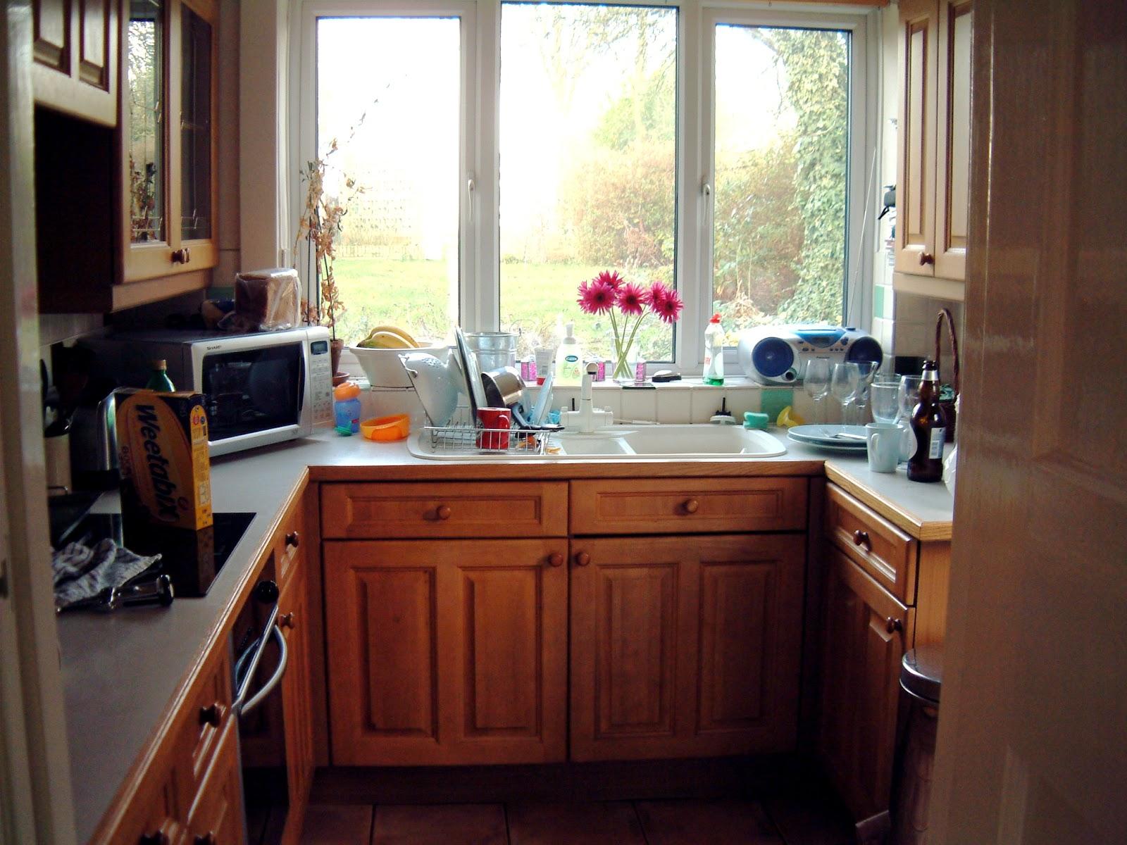 Tủ bếp chữ U nhỏ gọn bằng gỗ sồi Nga cho nhà nhỏ