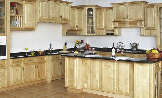 Tủ bếp có bàn đảo đẹp bằng gỗ sồi Nga