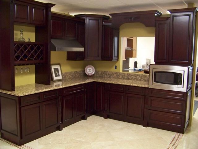 Mẫu tủ bếp gỗ sồi Nga màu nâu trầm sang trọng