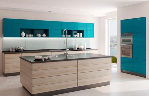 Trang trí tủ bếp và tủ lạnh đều bằng màu xanh lạ mắt
