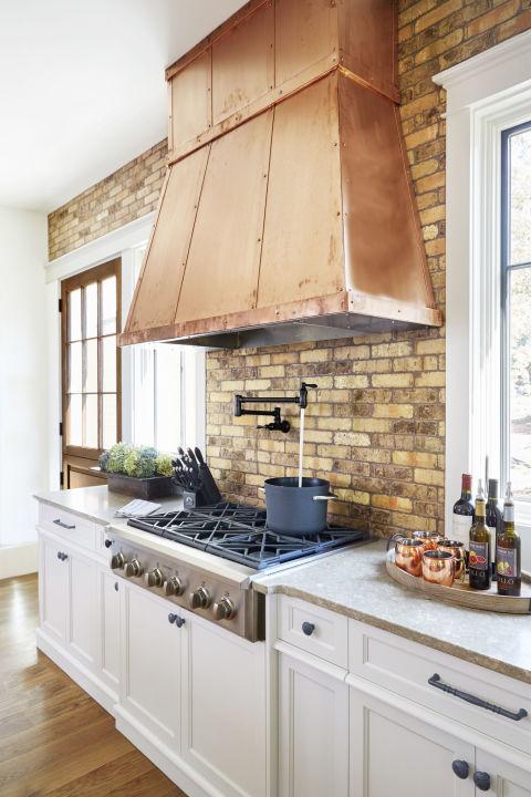 Phần gạch lộ ra ngoài tạo cảm giác ấm áp cho gian bếp