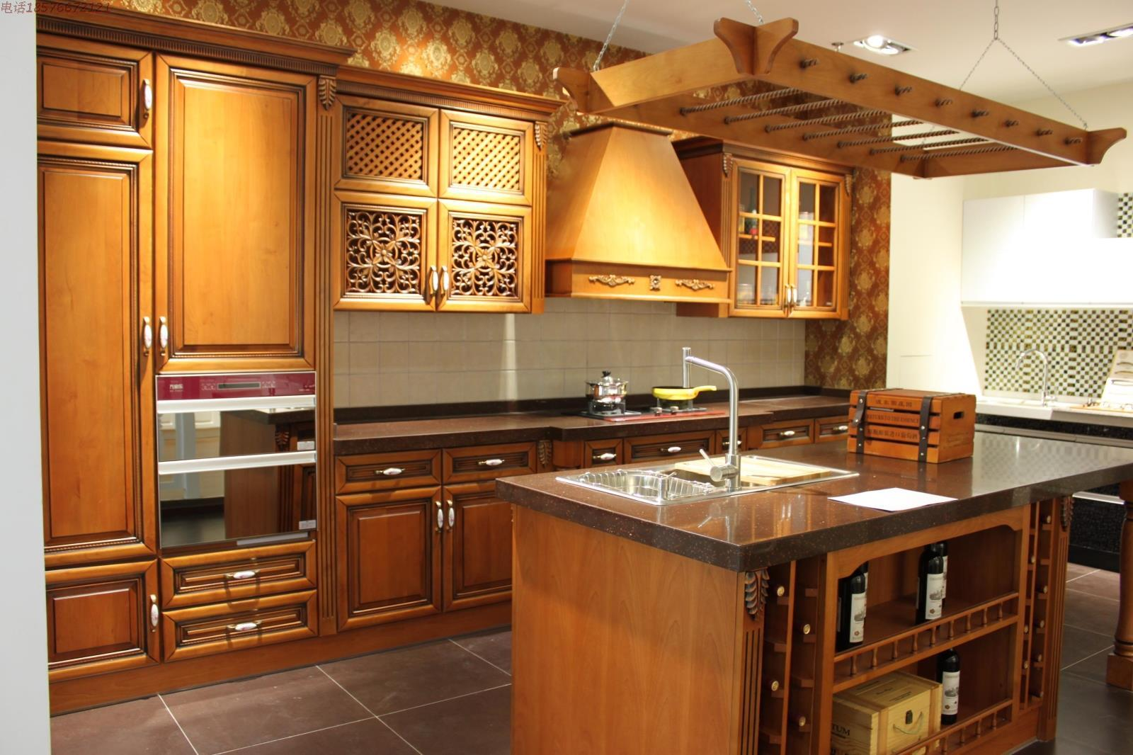Tủ bếp được chăm chút đến từng chi tiết làm nổi bật sự sang trọng của không gian