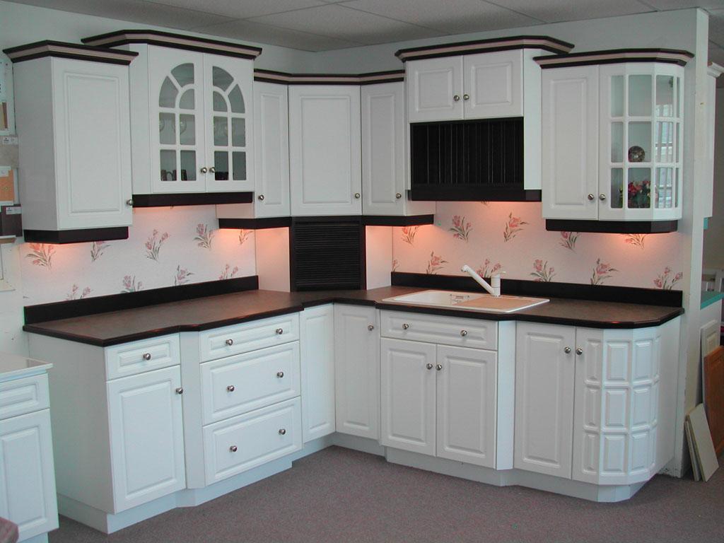 Tủ bếp hình chữ L màu trắng hiện đại cho nhà phố